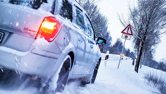 Автомобиль на зимней дороге. Архивное фото
