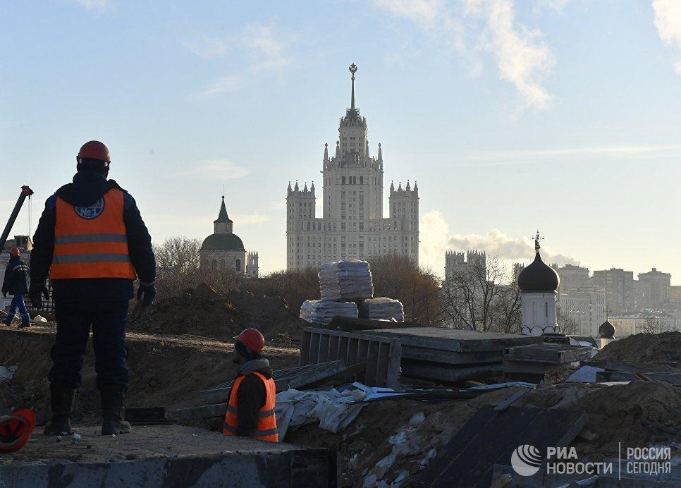Рабочие на строительстве парка Зарядье в Москве
