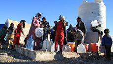 Беженцы из Мосула стоят в очереди за водой в лагере Эль-Хазер. Архивное фото