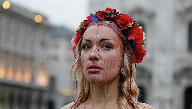 Активистка Femen во время акции в поддержку украинского народа на центральной площади Милана Дуомо 16 октября 2014. Архивное фото