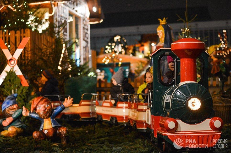 Дети на аттракционе во время открытия старейшей Рождественской ярмарки Штрицельмаркт в Дрездене