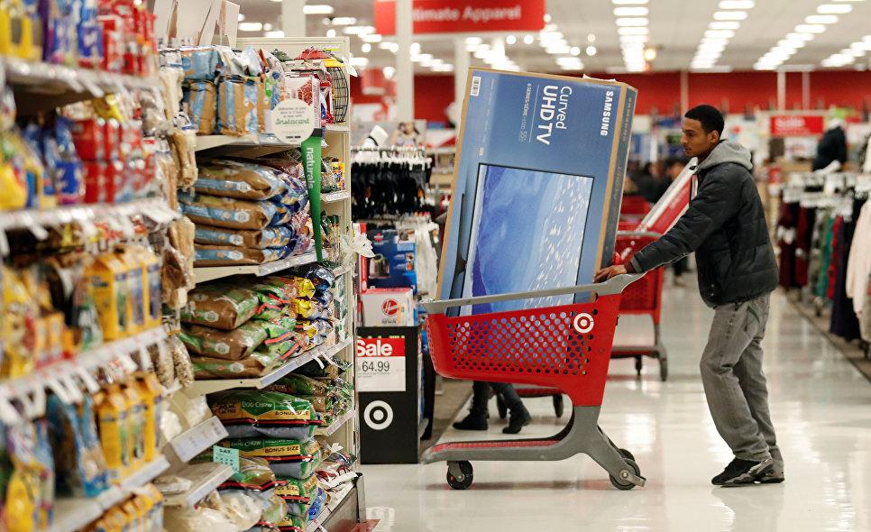 Покупатель во время распродажи в Черную пятницу в Чикаго, штат Иллинойс, США