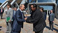 Президент России Владимир Путин и американский актер Стивер Сигал (слева направо на первом плане) во время посещения океанариума на острове Русский