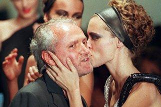 Модель целует Джанни Версаче после показа его коллекции осень-зима 1997/98 в Париже. 6 июля 1997 год
