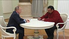 Путин вручил Стивену Сигалу паспорт РФ и показал, где актеру поставить подпись