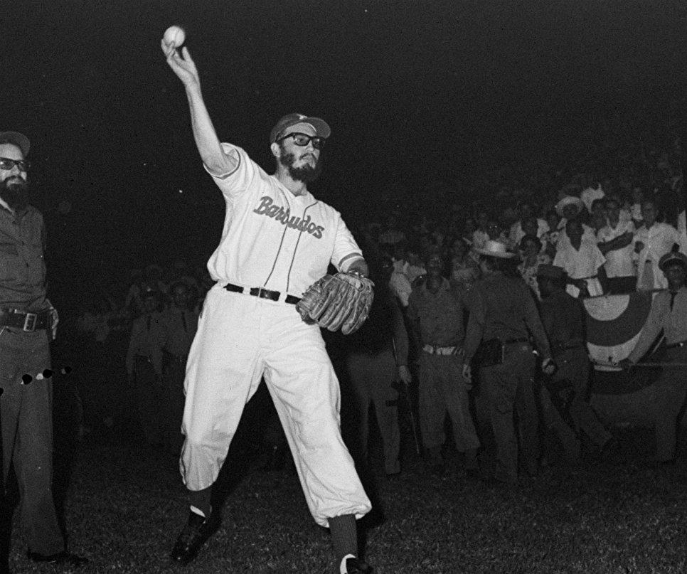 Лидер кубинской революции Фидель Кастро во время игры в бейсбол. 24 июля 1959