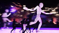 Выступление немецкого светового театра DUNDU во время праздничного открытия третьего сезона катка ВДНХ в Москве