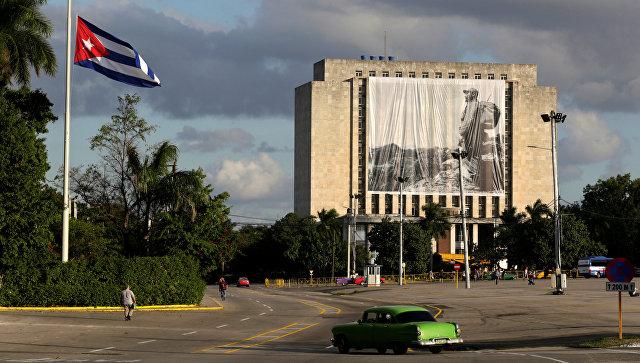 Приспущенный государственный флаг Кубы в Гаване. Архивное фото