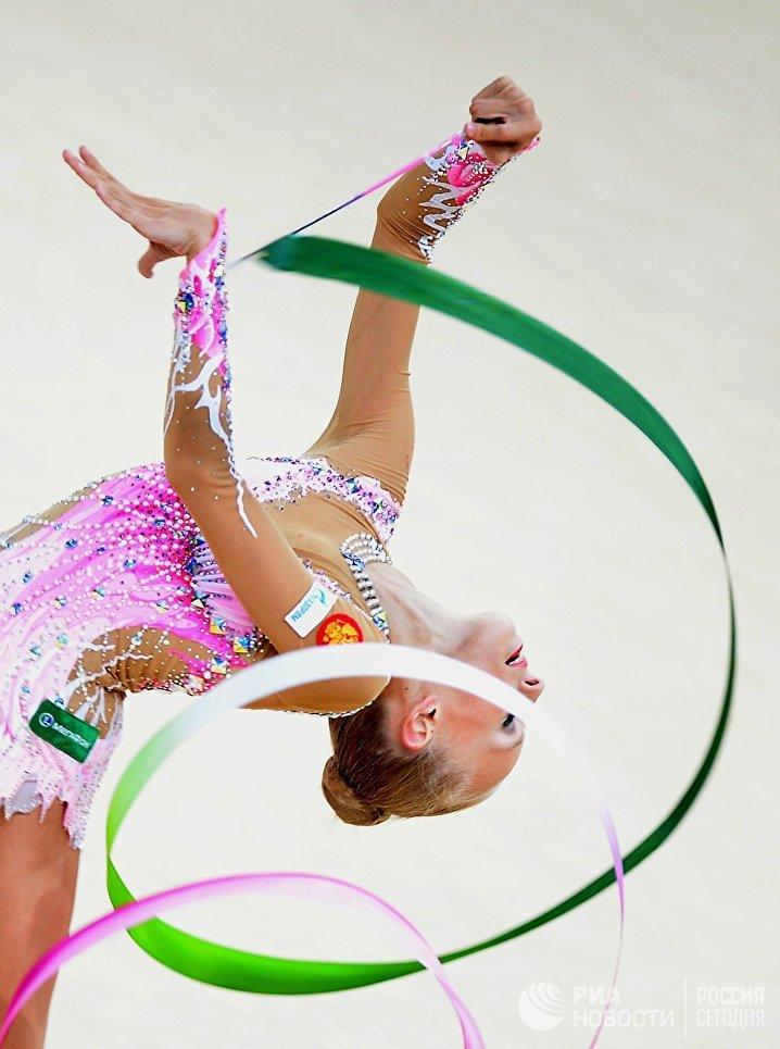 Яна Кудрявцева выполняет упражнения с лентой во время финальных соревнований в личном первенстве на чемпионате мира по художественной гимнастике в Киеве