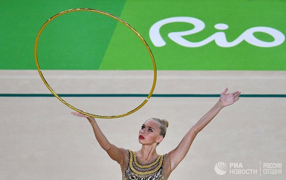 Яна Кудрявцева (Россия) выполняет упражнения с обручем в индивидуальном многоборье по художественной гимнастике на XXXI летних Олимпийских играх
