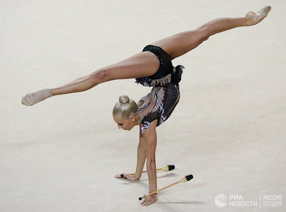 Яна Кудрявцева (Россия) выполняет упражнения с булавами в индивидуальном многоборье на чемпионате Европы по художественной гимнастике в израильском Холоне