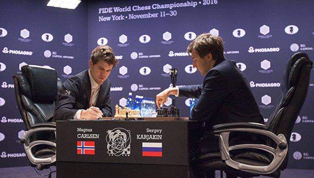 Гроссмейстеры Сергей Карякин и Магнус Карлсен в партии матча за звание чемпиона мира 2016 в Нью-Йорке. Архивное фото