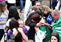 """Болельщики футбольной команды """"Шапекоэнсе"""" перед стадионом в бразильском городе Шапеко"""