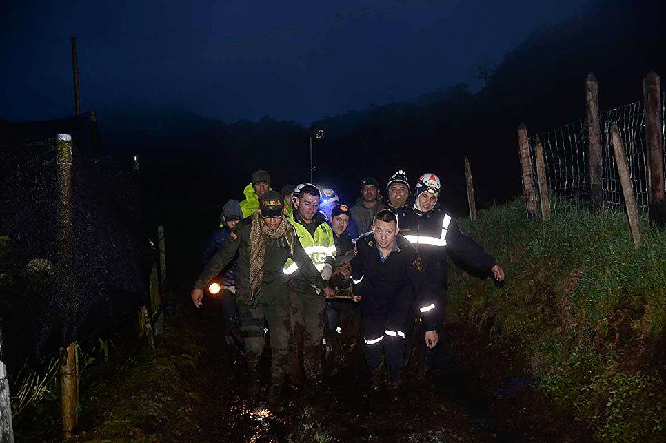 Спасатели выносят выживших с места крушения самолета, разбившегося у аэропорта Jose Maria Cordova в Колумбии