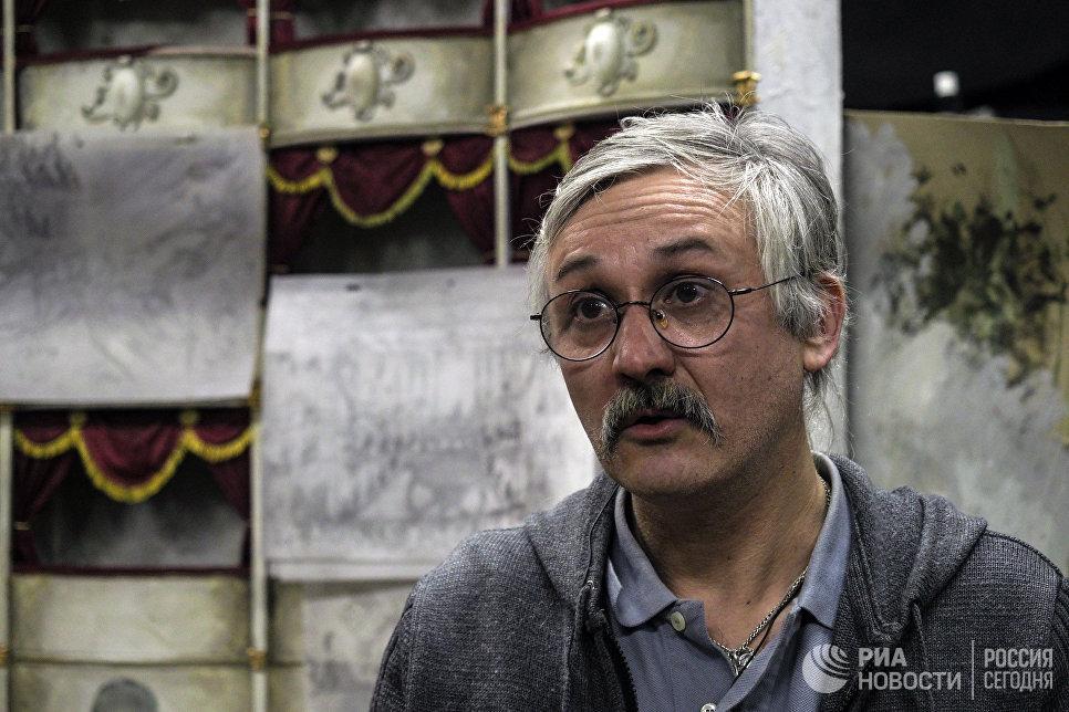 Начальник мастерских кукольного объединения Юрий Аксёнов в киностудии Союзмультфильм