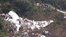 Спасатели работают на месте крушения самолета в Колумбии