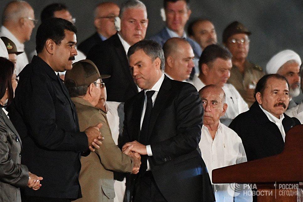 Участник российской делегации спикер Госдумы Вячеслав Володин и и председатель Государственного Совета Кубы Рауль Кастро (в центре справа налево) во время митинга в память об ушедшем из жизни лидером кубинской революции Фиделе Кастро на площади Революции в Гаване