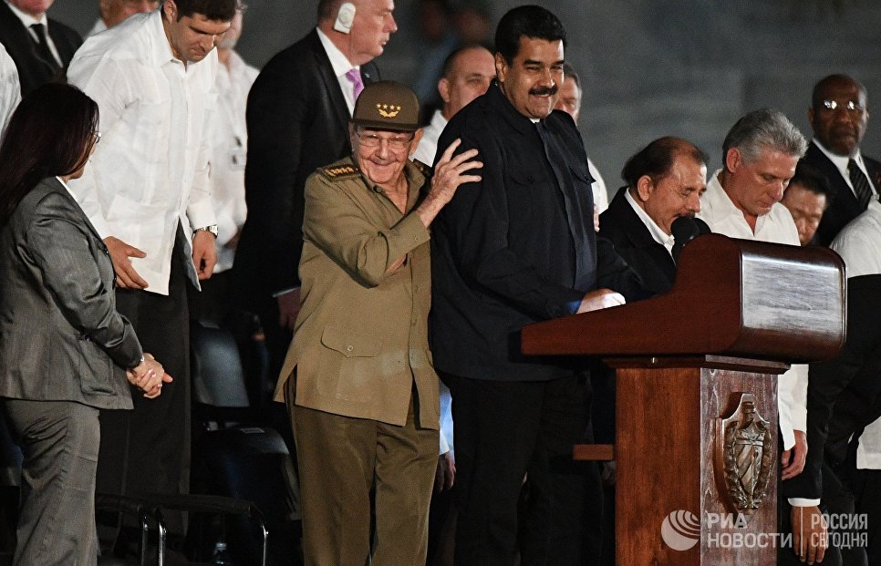Президент Венесуэлы Николас Мадуро и председатель Государственного Совета Кубы Рауль Кастро (в центре справа налево) во время митинга в память об ушедшем из жизни лидером кубинской революции Фиделе Кастро на площади Революции в Гаване