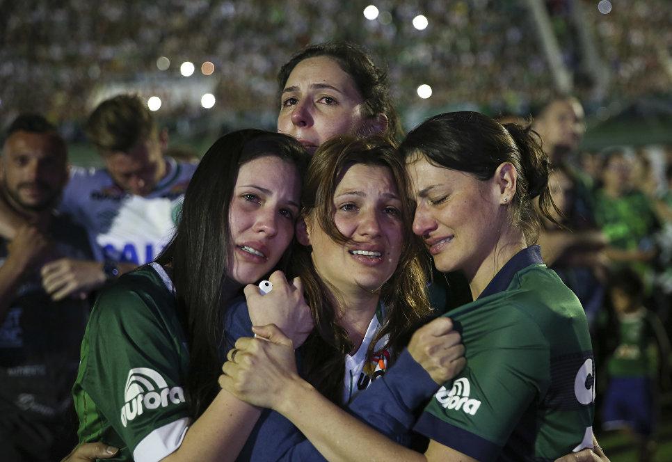 Родственники погибших футболистов клуба Шапекоэнсе на стадионе Арена Конда, Шапеко