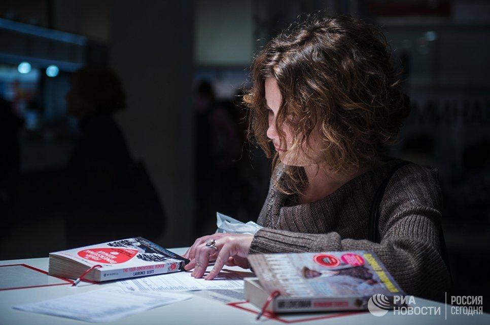 Посетительница на международной ярмарке интеллектуальной литературы non/fictio№18 в ЦДХ на Крымском валу в Москве