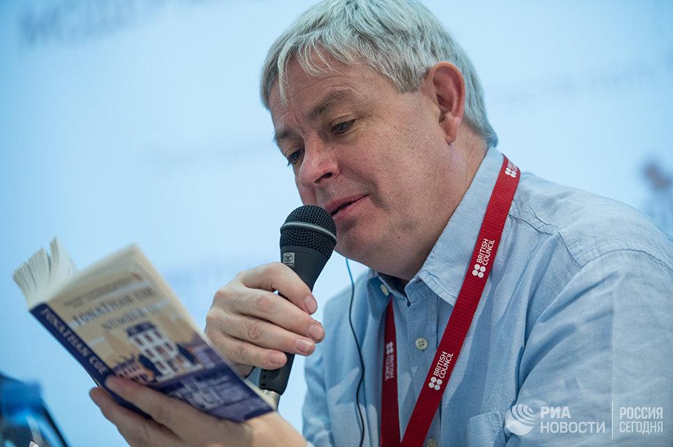 Писатель Джонатан Коу на международной ярмарке интеллектуальной литературы non/fictio№18 в ЦДХ на Крымском валу в Москве