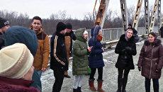 Жители ЛНР спели Спят курганы темные на линии соприкосновения в Донбассе