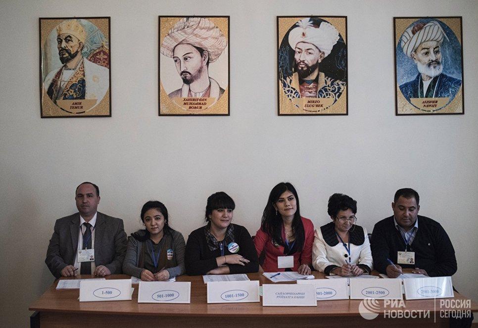На избирательном участке во время выборов президента Узбекистана