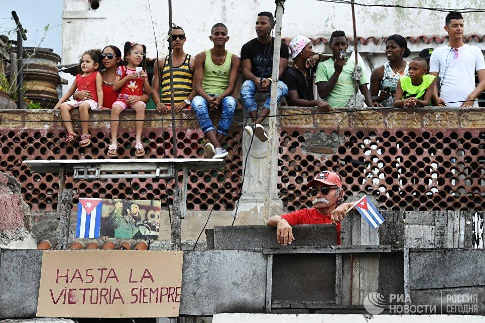 Кубинцы ожидают траурный кортеж с прахом команданте Фиделя Кастро в Сантьяго-де-Куба