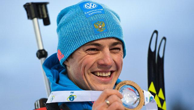 Антон Бабиков, завоевавший золотую медаль в гонке преследования среди мужчин на первом этапе Кубка мира по биатлону в Эстерсунде