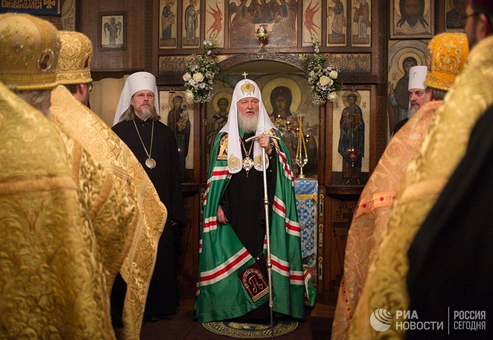 Патриарх Московский и всея Руси Кирилл во время утрени всенощного бдения в парижском храме Трех святителей, проходящей в рамках его визита во Францию
