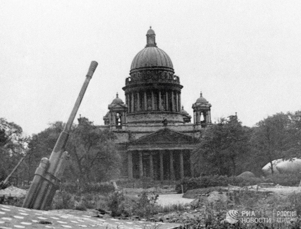 Зенитная батарея у Исаакиевского собора в Ленинграде.