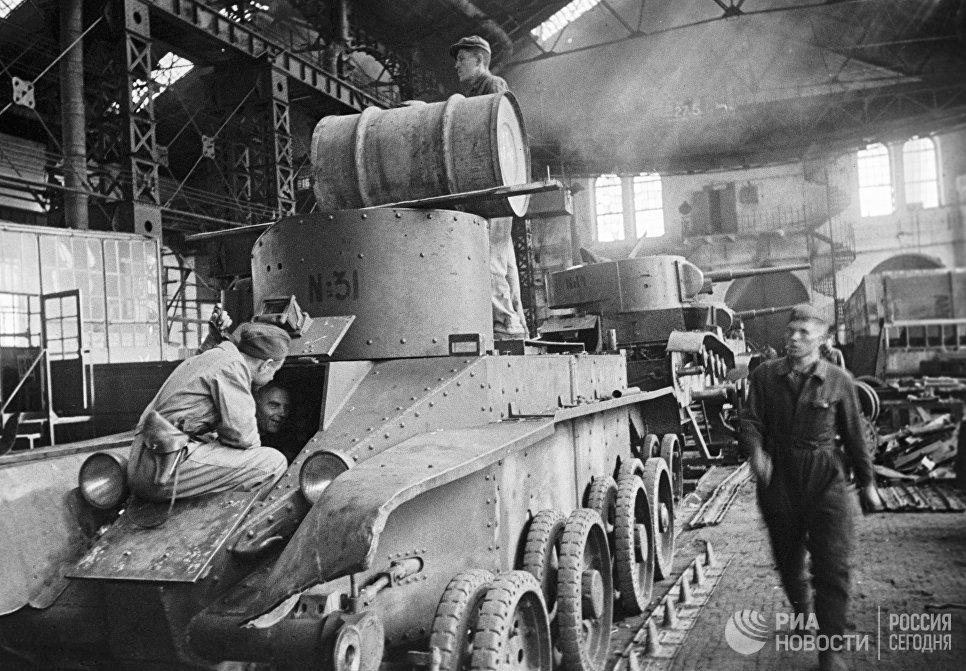 Бригада братьев Зайцевых ремонтирует танки, уходящие на фронт.