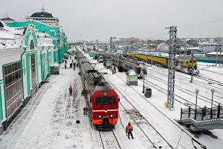 Рабочие осматривают состав на станции Омск-Пассажирский в Омске