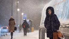 Прохожие в Москве во время снегопада. Архивное фото