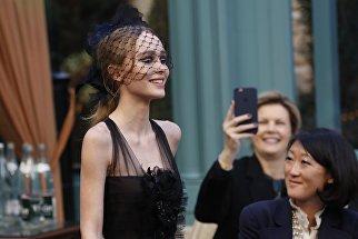 Актриса и модель Лили-Роуз Депп во время показа коллекции Chanel Metiers D'Art в Париже, Франция