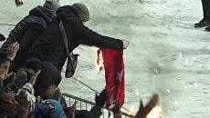 Украинские болельщики подожгли флаг Турции на футбольном матче Лиги чемпионов