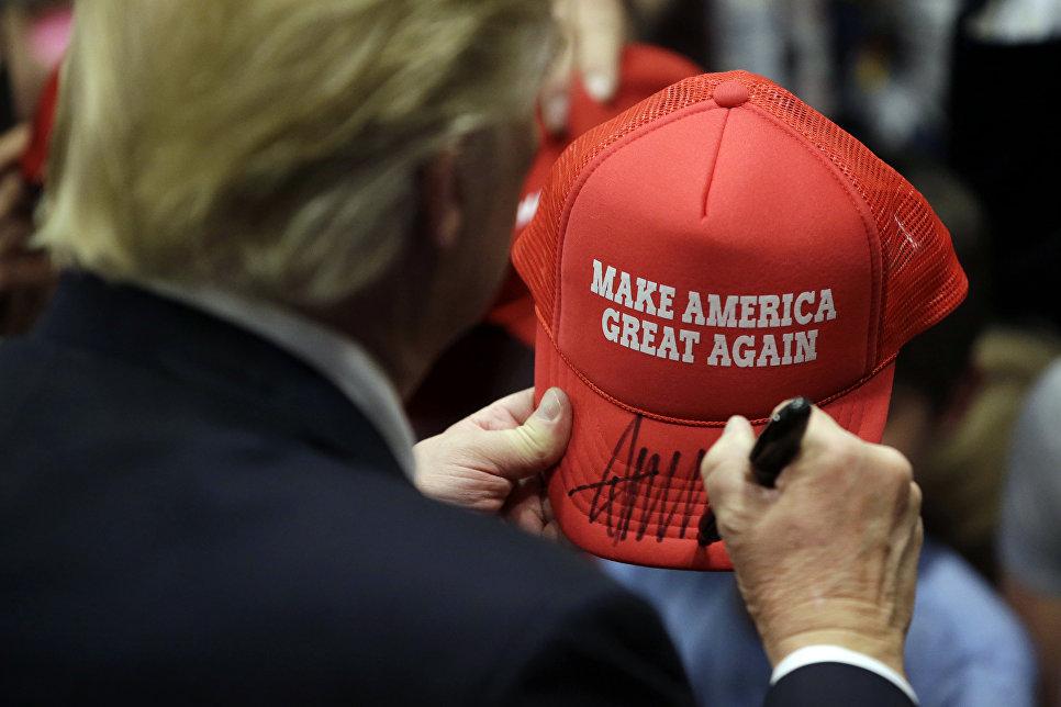 Дональд Трамп дает автограф. 25 апреля 2016 года, штат Пенсильвания