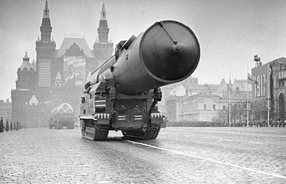 Комплекс Ракетных войск стратегического назначения проходит по Красной площади