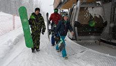Отдыхающие во время катаний на горнолыжном курорте Горки Город в Сочи. Архивное фото
