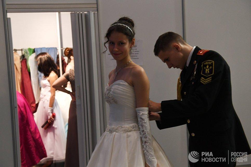 Участники перед началом Международного Кремлевского кадетского бала в Гостином дворе в Москве