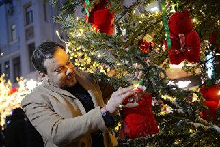Дизайнер Игорь Чапурин украшает ель для фестиваля Путешествие в Рождество