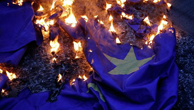 Демонстранцы жгут флаг ЕС