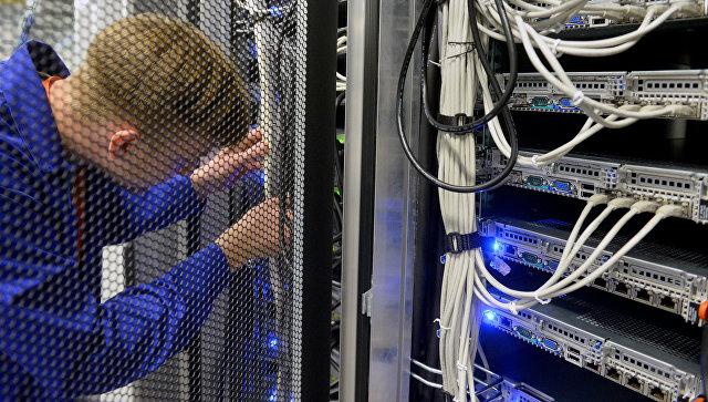 Сотрудник дата-центра в серверной комнате. Архивное фото