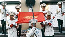 Почетный караул у Монумента Независимости и флага Кыргызской Республики в Бишкеке