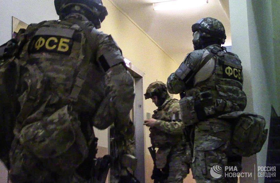 Сотрудники ФСБ РФ в ходе операции по задержанию диверсионно-террористической группы в Москве