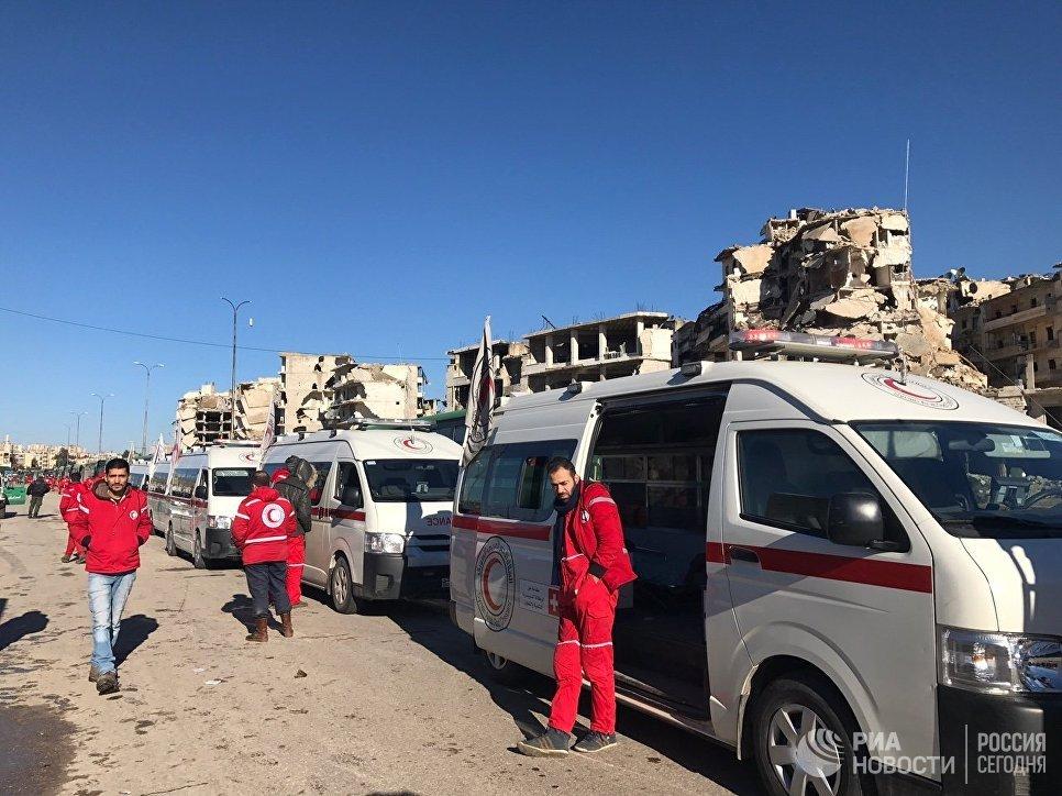 Сотрудники Красного креста ожидают выхода последней группы боевиков из восточного Алеппо