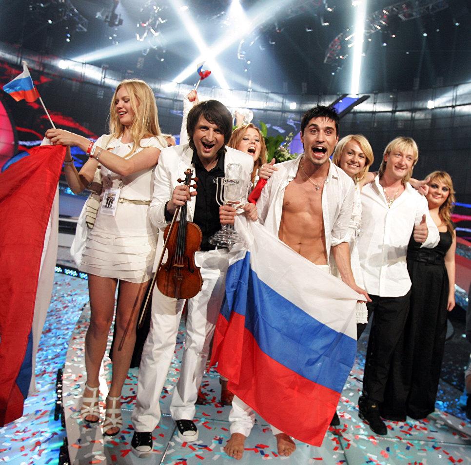 Представители России празднуют победу на Евровидении 2008 в Белграде, Сербия