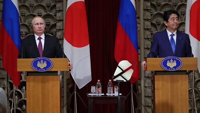 Президент РФ Владимир Путин и премьер-министр Японии Синдзо Абэ во время совместной пресс-конференции по итогам встречи в Токио. 16 декабря 2016