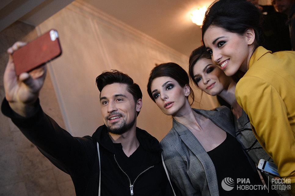 Шоу Валентин Юдашкин в КремлеПевец Дима Билан во время шоу Валентин Юдашкин в Кремле. 2014 год