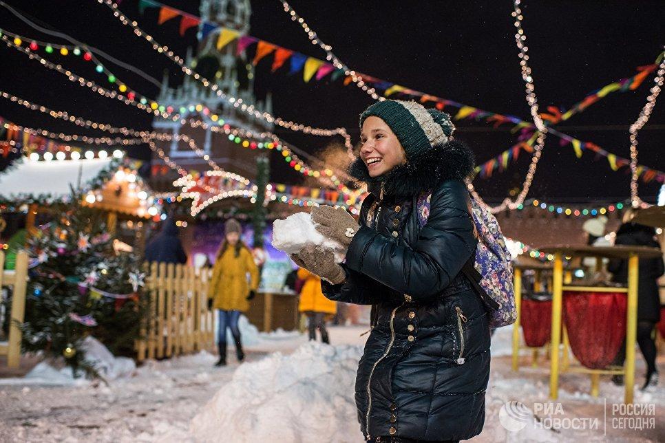 Девочка на ГУМ-Ярмарке на Красной площади в Москве